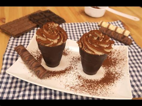 bicchieri di cioccolato versa il cioccolato in un bicchiere il dolce