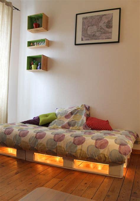 lit en palette de bois avec lumiere lit en palette 50 id 233 es pour fabriquer un lit en palette