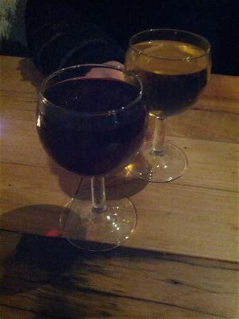 bicchieri di vino due bicchieri di vino picture of cicchetteria officina n