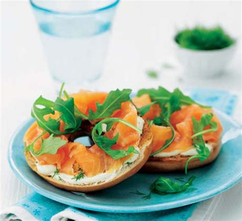 81343 Hello Cut Cheese 100g smoked salmon and cheese bagel