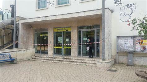 ufficio postale aprilia aprilia rapinatore armato semina il panico all ufficio