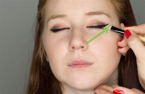 Apply In Person How To 3 Ways To Apply Eyeliner To Another Person Wikihow