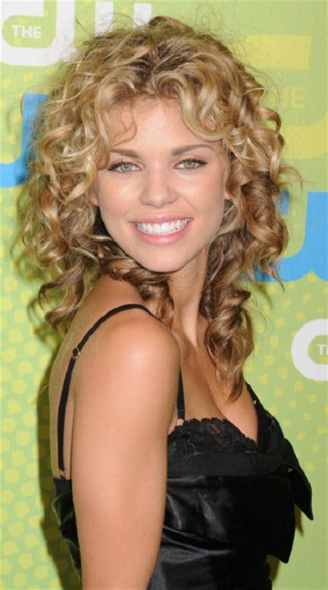 cute medium length permed hairstyles over 40 30 cortes de pelo rizado para mujeres modernas peinados