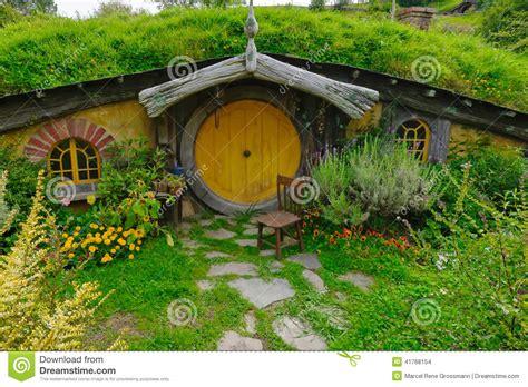 hobbit haus thüringen hobbit haus mit gelber t 252 r redaktionelles stockbild bild