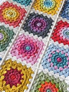 coperta uncinetto piastrelle 20 idee per utilizzare i quadrati all uncinetto con schemi