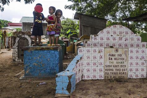 nios fantasmas jugando con juguetes ok noticias familias habitan cementerio empujados por la pobreza en
