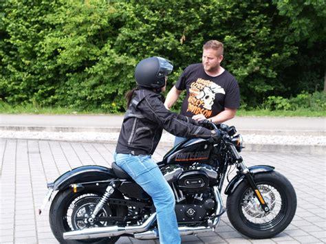 Motorrad Mit Beiwagen Zieht Beim Bremsen Nach by Harley Davidson Wiedereinsteigertraining Spa 223 Und Respekt