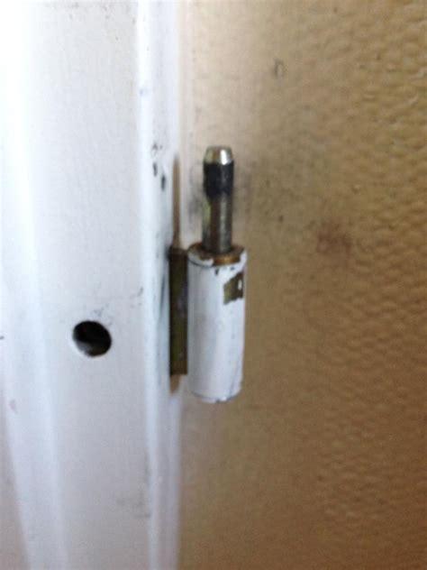 un gond de porte gonds fix 233 s dans l encadrement de la porte cass 233 s