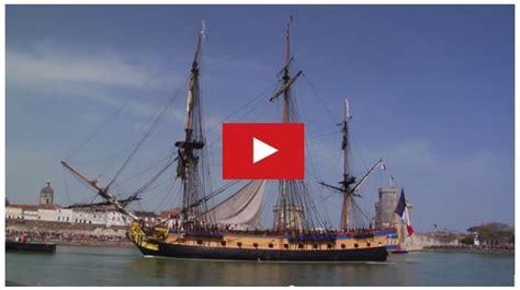 hermione bateau video video le d 233 part de l hermione de la rochelle 17