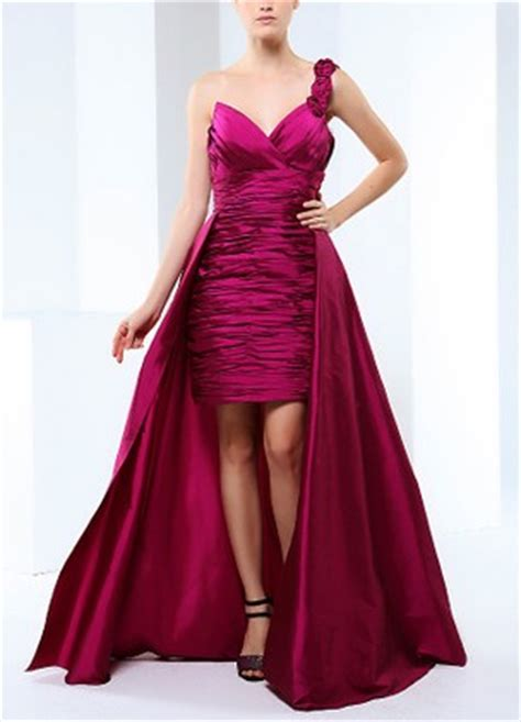 iç kısmı kırmızı astarlı önü kısa arkası uzun abiye elbise