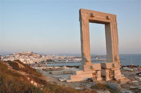 naxos turisti per caso il simbolo di naxos la portara viaggi vacanze e