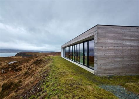 Rectangular wooden house on Isle of Skye by Dualchas
