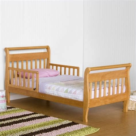 toddler sleigh bed davinci wood sleigh toddler bed in oak m2990o