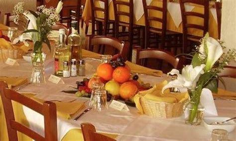 gambe aperte sotto il tavolo foto luino aperte le prenotazioni per il pranzo sociale