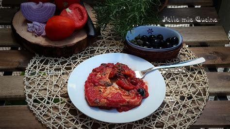 cucinare tranci di tonno fresco trancio di tonno al pomodoro ricetta mediterranea