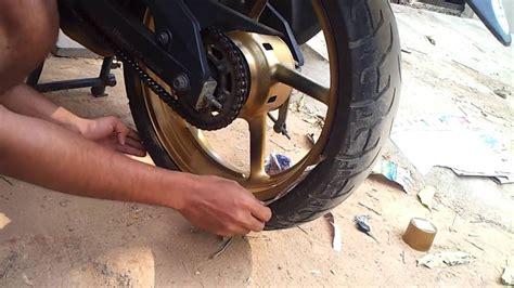 spray painting motorcycle yamaha fazer mod golden alloy wheels with spray paint
