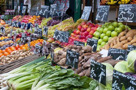 les lã gumes vegetable recipes from the market table books bien faire march 233 2 au rayon fruits et l 233 gumes pr