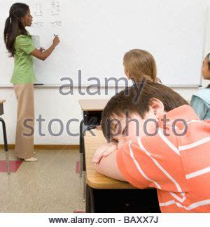 schlafen auf englisch 1 m 228 dchen schule sch 252 ler schlafen klassenzimmer