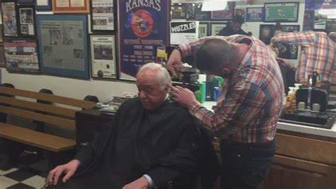 haircuts in garden city ks bernie sanders gets a haircut in lawrence ks video abc news