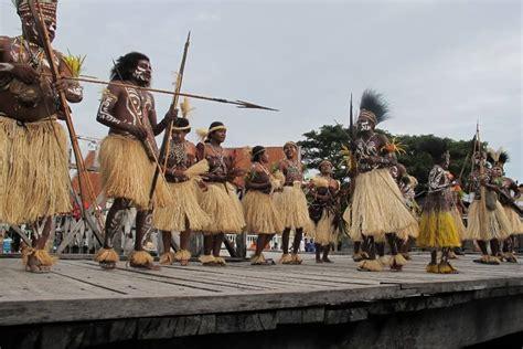 Baju Adat Dari Papua pakaian adat papua suku asmat pria dan wanita