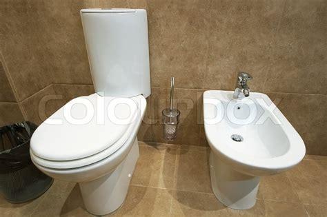 wc und bidet nebeneinander wc sch 252 ssel und bidet in einer toilette stock foto