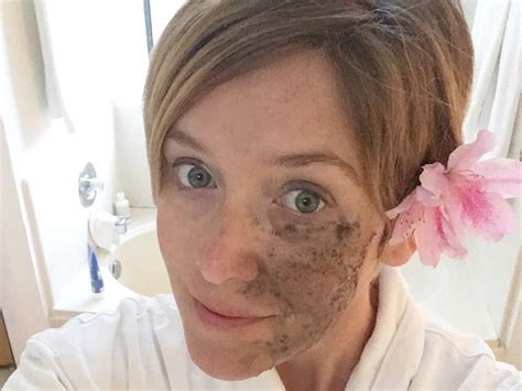 La Tulipe Acne Charcoal Mask say bye bye to blackheads with this diy charcoal mask