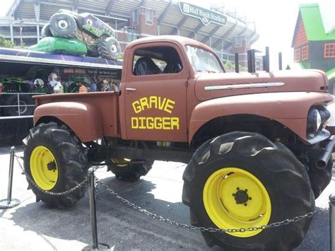 the original grave digger truck redemon s burly mud truck build yes another one rccrawler