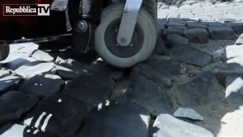 bernardo bertolucci sedia a rotelle bertolucci e il denuncia sui sietrini e le buche