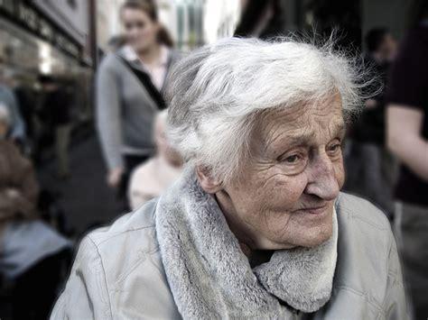 what age is a a senior a quel 226 ge est on consid 233 r 233 comme s 233 nior