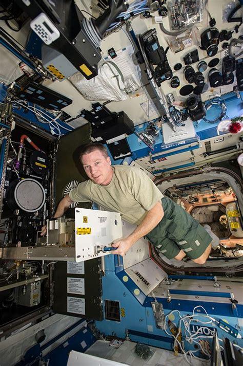 astronotlarin manzarali calisma odasi log