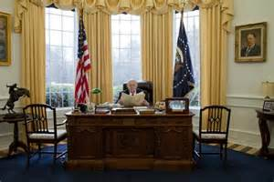 White House Oval Office Desk Obsessed With White House Builds Mini Oval Office In Home The Sideshow Yahoo News