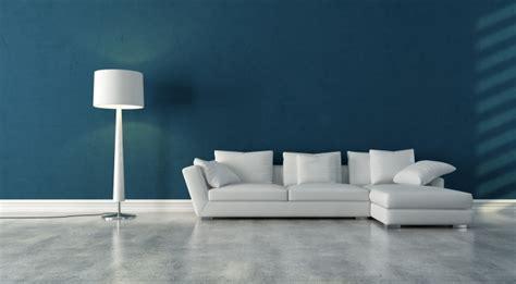 Merveilleux Deco Entree Avec Escalier #6: Revêtement-sol-résine-gris-clair-murs-bleus-canapé-angle-blanc-lampe-poser.jpg