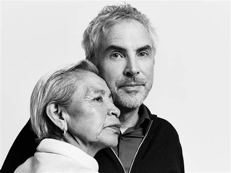 alfonso cuaron and roma alfonso cuar 243 n digs deep into his childhood for roma