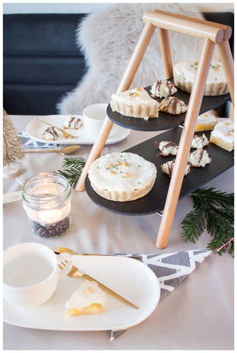 etagere tchibo weihnachtlich aufgetischt leckere kokosmakronen und