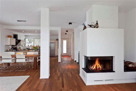 arredamento con camino camino tra soggiorno e cucina riscaldamento casa