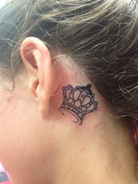 leo tattoo behind ear 女孩子耳朵后面小小的皇冠纹身