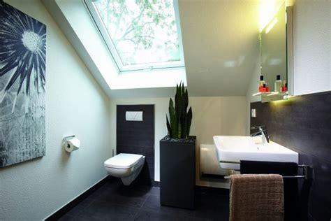 duschvorhang für dachschräge badezimmer kleine badezimmer mit dachschr 228 ge kleine