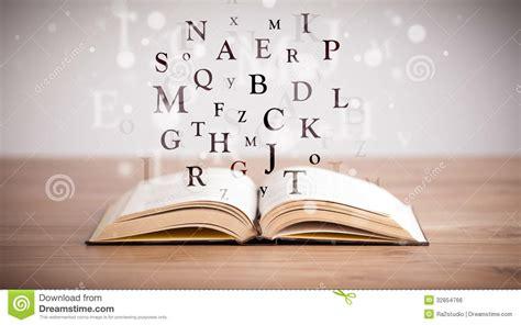 libro 440 la barraca letras libro abierto con las letras del vuelo foto de archivo imagen 32854766