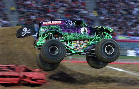 monster truck crash videos grave digger driver hurt in crash at monster truck rally