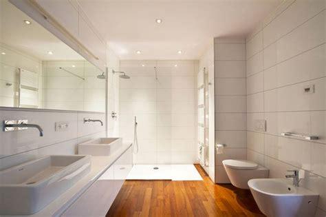 bagno con pavimento in legno oltre 25 fantastiche idee su piastrelle bianche su