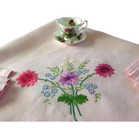 Best Quality Jilbab Linen Ruby Segiempat Linen Ruby Square embroidered tablecloth with eight napkins antiques litzenberg ruby