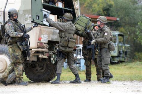 Bewerbung Bundeswehr Soldat Auf Zeit Ein Soldat Mit Moderner Ausr 252 Stung Steht In Stetten Am