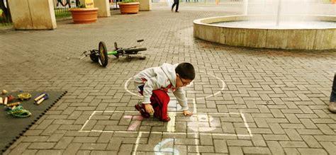 imagenes de niños jugando rayuela el ayuntamiento de madrid renovar 225 33 225 reas de juego