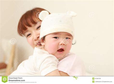 mama mama japonesa se mete ha la cama de su hijo y lo mama japonesa mama japonesa se folla a su hijo