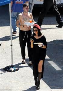 Wes Bentley Barefoot Jaimie Parades Six Pack Abs On Set Of New