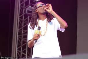 Snoop Dogg Banned From The Uk by Snoop Dogg Puffs On Suspicious Cigarette On Stage At