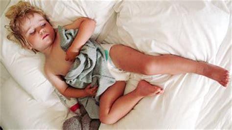 wann säugling ins bett bringen schlafenszeit ihr zu bett bringen babywelten ch