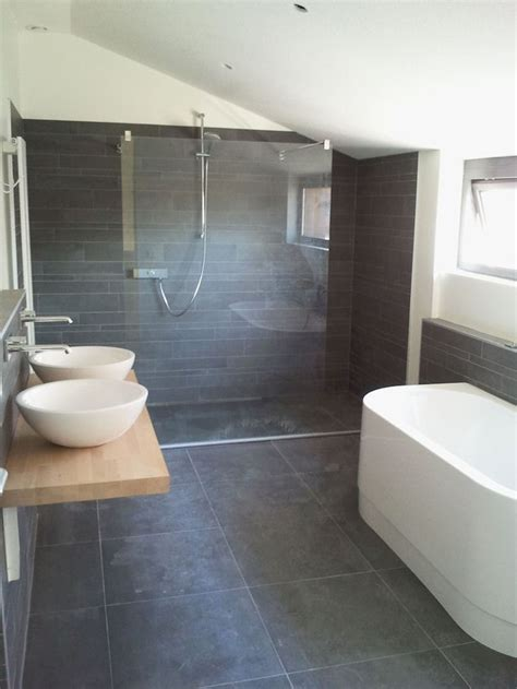 donkere tegels en stucwerk interieur zen bathroom toilet and family bathroom