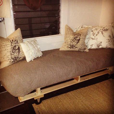 pallet day bed diy pallet daybed decor pinterest