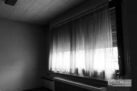 bureau de fabrication imprimerie rideaux dans un bureau de l imprimerie en noir et blanc